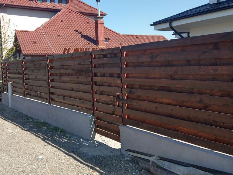 Constructie gard beton si lemn pentru proiect de casa 260 006 for Modele de garduri pentru case