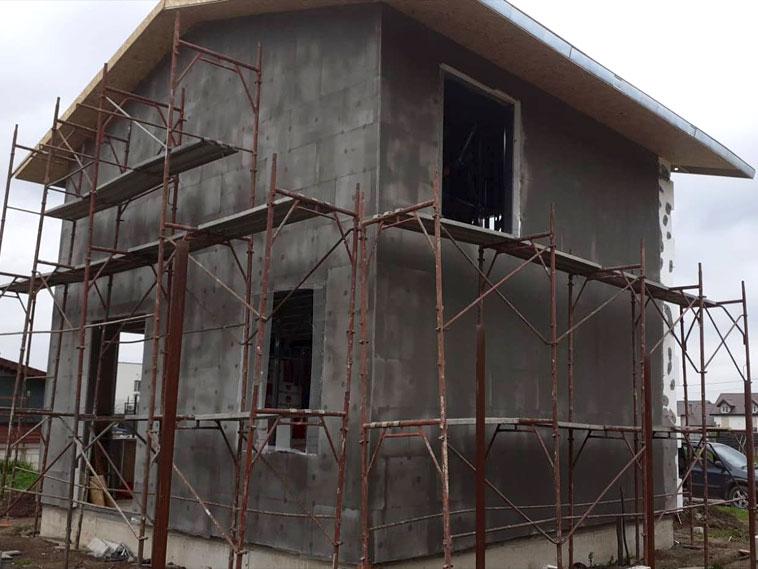 Casa cu etaj montaj plasa fibra de sticla adeziv si masa de spaclu