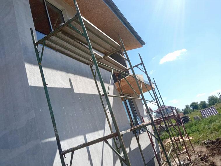 Strat amorsa aplicat pe fatade casa metalica in constructie